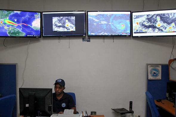 Сотрудник Комитета по чрезвычайным операциям отслеживает траекторию урагана «Ирма» в Санто-Доминго (Доминиканская Республика)