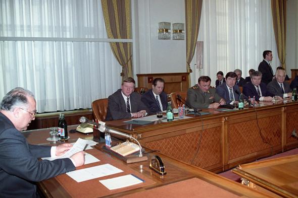 Заседание правительства под председательством Виктора Черномырдина. На дальнем плане — заместитель председателя правительства Анатолий Чубайс, 1994 год