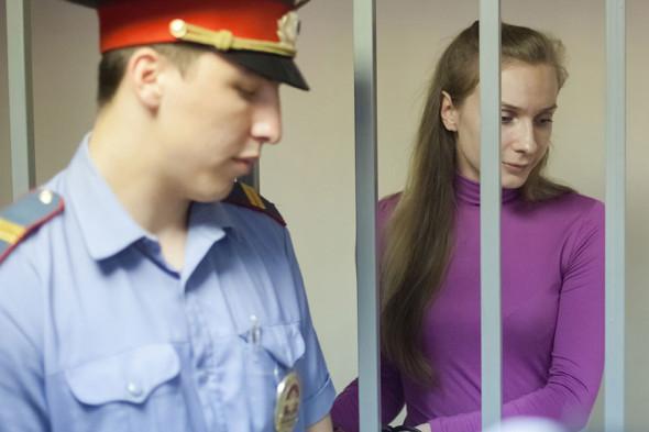 Экс-участница «Дом-2» Анастасия Дашко во время оглашения приговора в Калининском районном суде, 7 августа 2013 года
