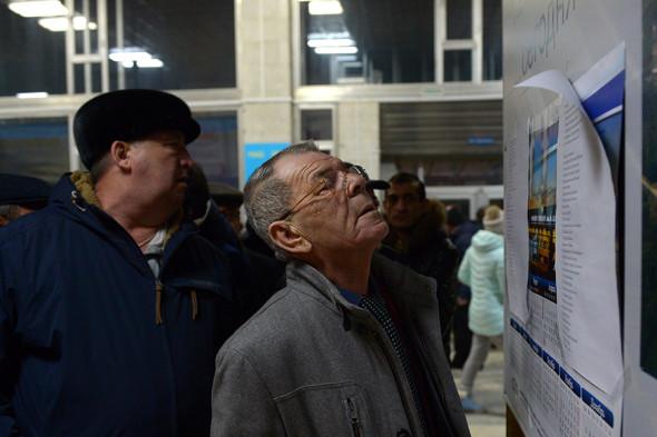 Жители города Орск читают список погибших пассажиров