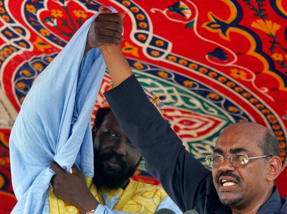2005 год. Омар аль-Башир (справа) и Сальва Киир, вице-президент Судана и будущий президент независимой Республики Южный Судан (с 2011 года)