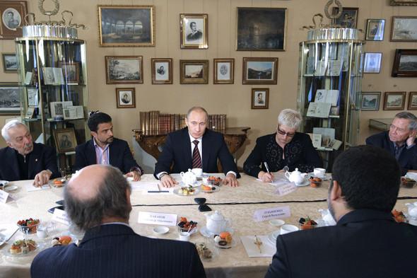 Слева направо: писатель Андрей Битов, публицист Александр Архангельский, писатели Татьяна Устинова и Валентин Распутин