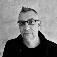 Грэм Макри Барнет, шотландский писатель, финалист премии «Букер» 2016 года с романом «Его кровавый проект» (Эксмо, 2017), лауреат премии Scottish Book Trust за дебютный роман «Исчезновение Адель Бёдо». «Его кровавый проект» переведен на 16 языков, студия Synchronicity Films работает над экранизацией книги