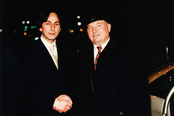 Умар Джабраилов и мэр Москвы Юрий Лужков. 1999 год