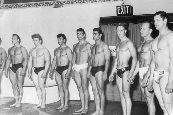 1950-е. Шон Коннери (в центре) участвует в мужском конкурсе красоты