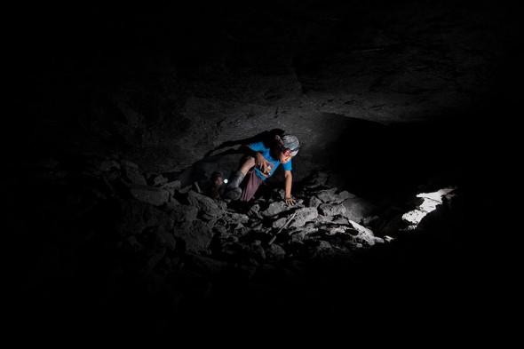 Одиннадцатилетний мальчик ищет янтарь в штате Чьяпас, Мексика, сентябрь 2020 года