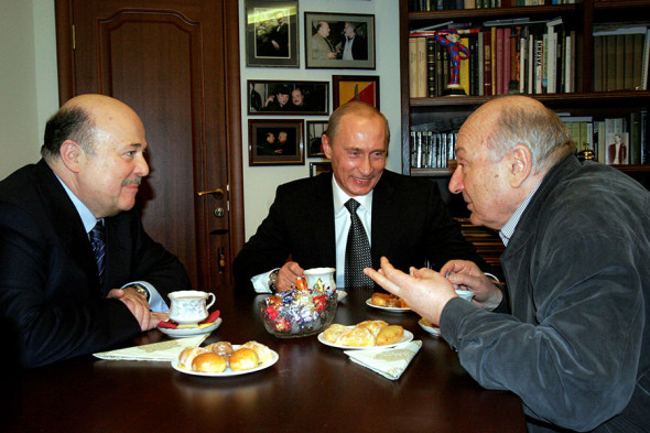 Слева направо: художественный руководитель театра Et Cetera Александр Калягин, президент Владимир Путин и Михаил Жванецкий, 30 ноября 2005 года