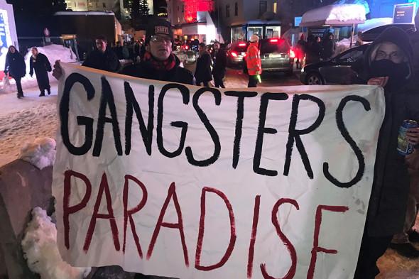 Протесты в Давосе. Надпись на плакате: «Рай для гангстеров»