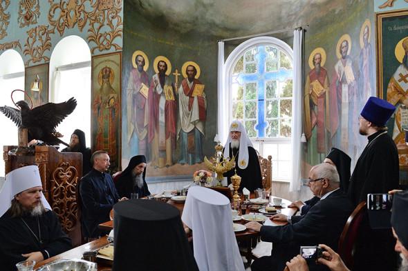 Трапеза патриарха Кирилла с братией и гостями Пантелеимоновой обители, среди которых Александр Беглов (за столом первый слева)