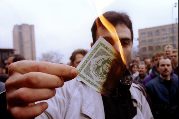 Вкладчик сжигает билеты МММ на акции протеста в ноябре 1994 года