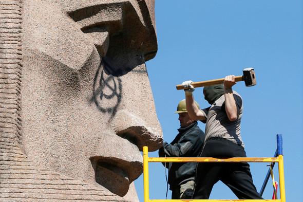 На фото: демонтаж памятника «Памятник чекистам – бойцам Революции»