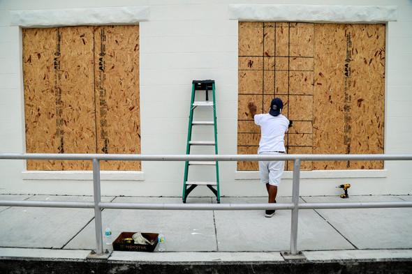 Житель города Лейк Уорт заколачивает окна