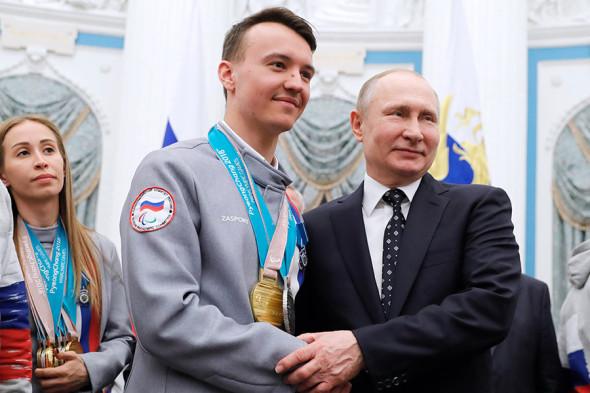 Владимир Путин и чемпион и серебряный призер XII Паралимпийских игр по горнолыжному спорту Алексей Бугаев