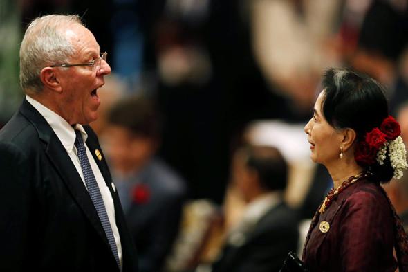 Президент Перу Педро Пабло Кучински и государственный советник Мьянмы Аун Сан Су Чжи