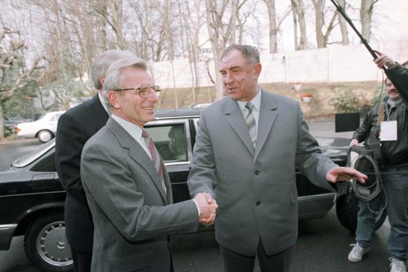 Март 1988 года. Министр обороны СССР Дмитрий Язов (справа) и министр обороны США Франко Карлуччи