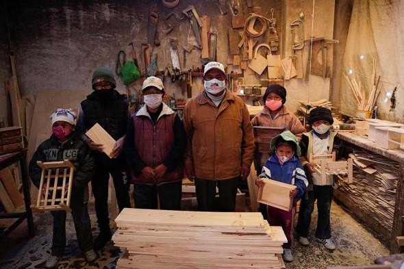 Семья из Боливии в своей столярной мастерской, август 2020 года