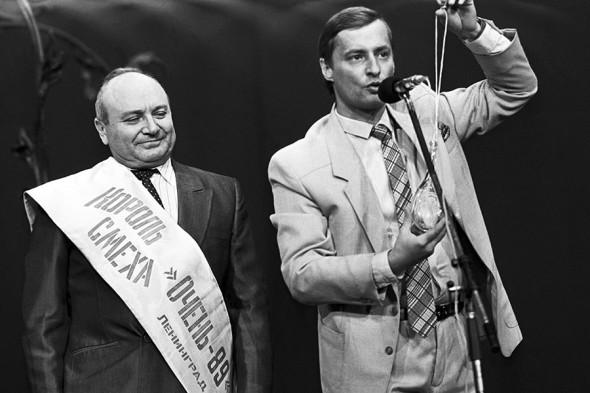 Глава оргкомитета фестиваля сатиры и юмора «Очень-89» Виктор Биллевич (справа) и Михаил Жванецкий во время награждения