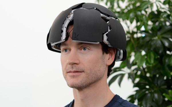 Изобретатель Брайан Джонсон в своем шлеме Flow