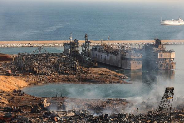 Как выглядит порт Бейрута спустя сутки после взрыва. Фоторепортаж