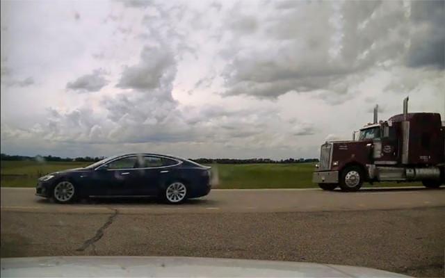 Водителя Tesla задержали за сон во время езды со скоростью 150 км/ч