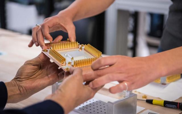 Деталь квантового компьютера Google в руках гендиректора корпорации Сундара Пичаи, 2019 год