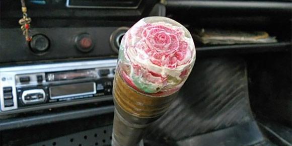 Рычаг с розочкой и такие же кнопки дверей – куда же без них? А вы знаете, где автомобилисты доставали такие?