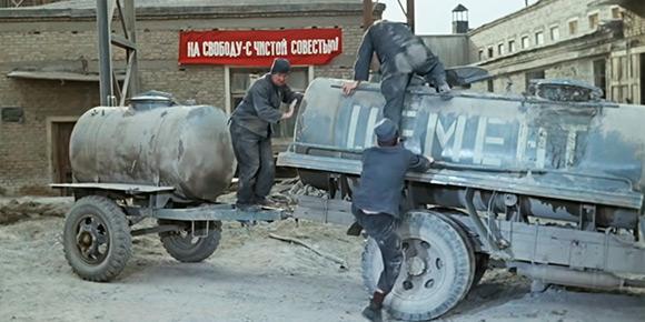 Сложно забыть, как герои «Джентльменов удачи» прорывались «на свободу с чистой совестью в чреве цементовоза. Но присмотритесь повнимательнее: на самом деле это перекрашенный молоковоз! Широкие борта, на которые ставились бидоны, дополнительная цистерна на прицепе… Но хоть с маркой нет никаких сомнений, верно?