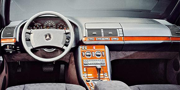 Mercedes-Benz из 1990-х — настоящая классика, но именно с тех времен модели разных классов становятся все более похожими. Вот пример: недорогой на вид интерьер с тканевой отделкой и простой «печкой». Опознаете?