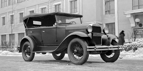 Начнем с несложных вопросов про автомобили из СССР. ГАЗ-А был первым советским легковым автомобилем конвейерной сборки. Модель, конечно, нельзя назвать бессовестным клоном — это была вполне честная лицензионная копия.
