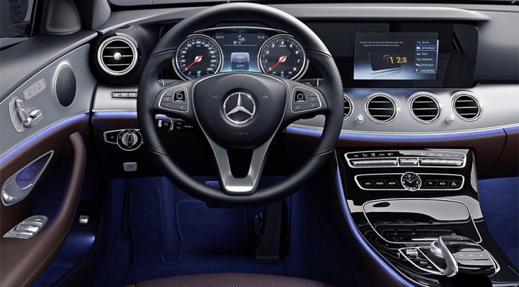 Два экрана, четыре центральных воздуховода, стрелочные часы по центру подчеркивают статус автомобиля. Разумеется, это салон Mercedes-Benz, но какой модели?