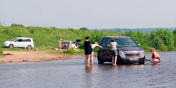 Поездка на рыбалку вполне может обернуться немалым штрафом для водителя. Какое наказание грозит автомобилистам за заезд на машине в водоохранную зону?