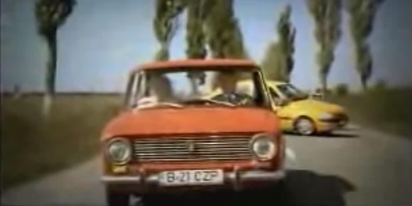 Что именно рекламировал веселый ролик про то, как бабушка на пассажирском сиденье «копейки» достает второй руль и пугает водителя Dacia?