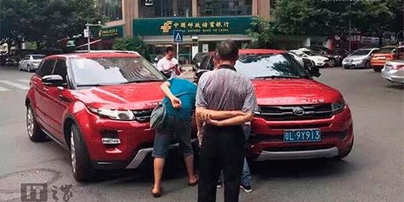 Летом 2016 г. в Китае произошел курьезный случай. На одном из перекрестков города Чунцин столкнулись два кроссовера: Range Rover Evoque и его местная копия в лице Landwind X7. Даже цвет у копии и оригинала был одинаковый. Как вы думаете, кто был виноват?