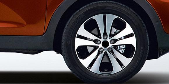 Странная формулировка: «При крутом повороте на асфальтированной дороге, выполняемом на малой скорости в режиме полного привода, рулевое управление затрудняется». Угадаете модель?
