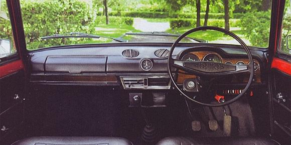 Интерьеры автомобилей Lada, кажется, все помнят наизусть, но эта картинка содержит нюанс. И дело вовсе не в расположении руля — на фото экспортный вариант. Попробуем угадать?