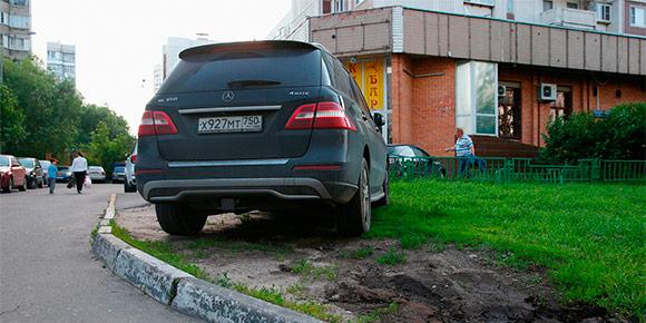 Начнем с простого. Весной и летом растет количество штрафов за парковку на газоне — фотографии делают не только инспекторы МАДИ, но и пешеходы с помощью приложения «Помощник Москвы». Помните, сколько максимально придется заплатить за такой проступок?