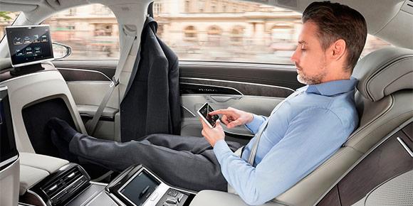 Начнем с простого. Массажер для ступней не очень легко разместить в легковой машине. Однако один автопроизводитель все же нашел выход. Угадаете, о какой машине идет речь?