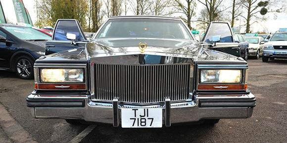 Для этой знаменитости Cadillac решил создать специальную серию удлиненных лимузинов. Машины снабдили решеткой радиатора в стиле Rolls-Royce и позолотили хром. Салон отделали палисандром, установили в нем минибар, телевизор и телефон. Среди требований заказчика значилась и более высокая крыша. Кто этот человек?