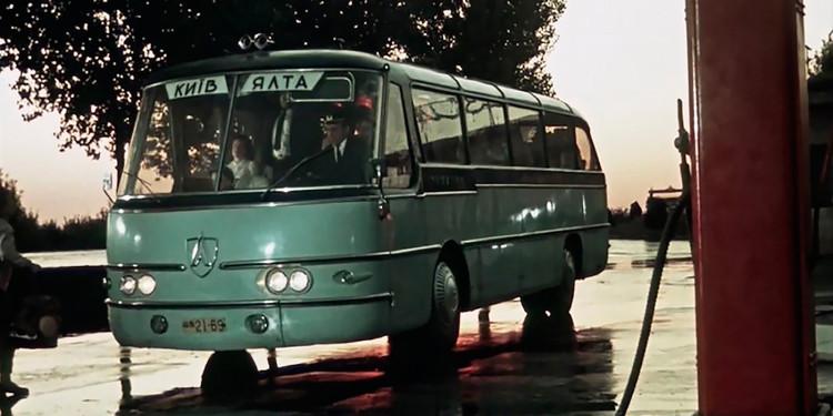 Наконец, самый настоящий концепт-кар из СССР — этот автобус ЛАЗ «Украина-1» не планировался к серийному производству, был сделан в единственном экземпляре и изобиловал люксовыми фишками. Это помимо космического дизайна. А в каком фильме его можно увидеть?