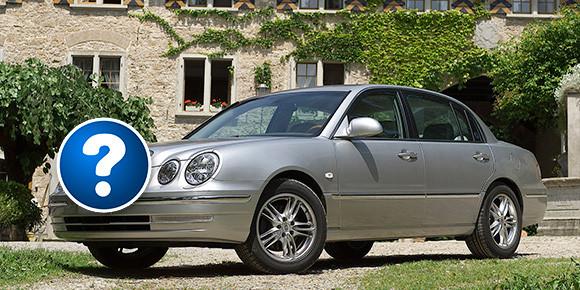 А вот этот автомобиль имеет внешнее сходство не только c «глазастым» Mercedes-Benz E-Class — он также напоминает машины британских брендов вроде Jaguar и Rover. На самом деле это бывший флагман одной из азиатских марок. О какой идет речь?