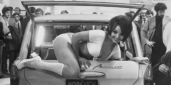Начнем с простого. Где и когда была сделана знаменитая фотография, на которой актриса Джулия Десмонд лежит на створке задней двери Москвича-427?