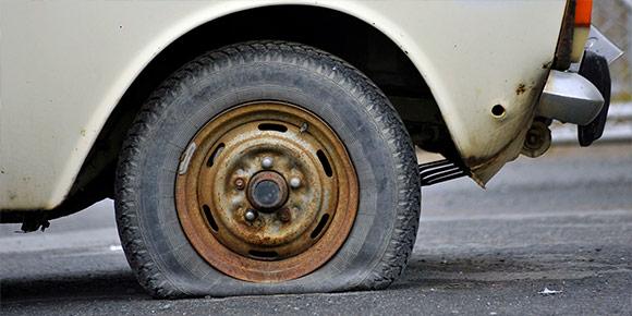 Вы порезали два колеса в глуши, а запаска - только одна. Что будете делать?