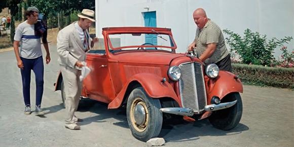Другую машину из «Пленницы» знают все — красный кабриолет зарубежного производства, который принадлежал лично Юрию Никулину и изображен на памятнике актеру возле цирка на Цветном Бульваре. А что это была за марка?