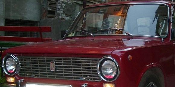 Тормозная жидкость или антифриз в стеклах фар сейчас кажется дикостью, но советские автомобилисты считали, что это предохраняет оптику от запотевания и выглядит круто. Какая именно жидкость считалась более правильной?