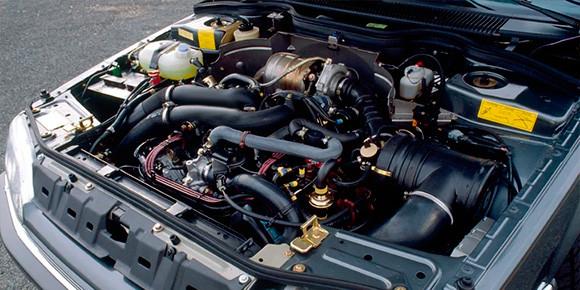 А здесь – надпись Turbo и целая лаборатория под капотом, хотя речь идет о вполне ординарном автомобиле массового бренда. Какой машине досталась такая красота?