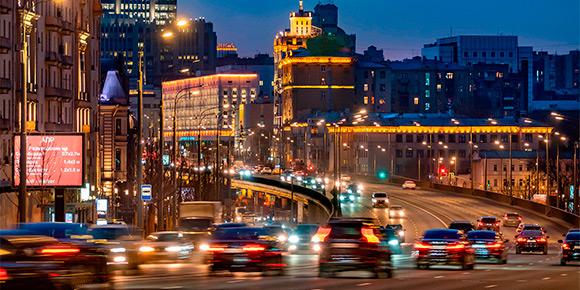 И еще немного о дорожных устройствах. Недавно в Москве начали появляться новые светофоры – с дополнительной секцией. Что на ней изображено?