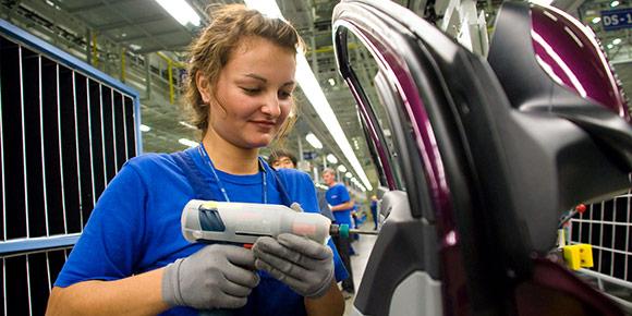 На российских автомобильных заводах, как оказалось, можно часто встретить девушек. А где в основном они там работают?
