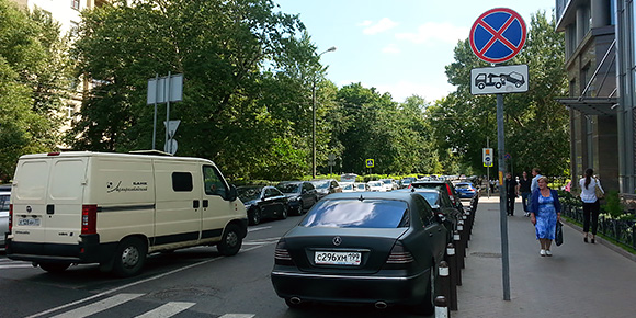 Начнем с простого. Во сколько раз больше придется заплатить за нарушение правил парковки в Москве и Санкт-Петербурге по сравнению с другими городами?