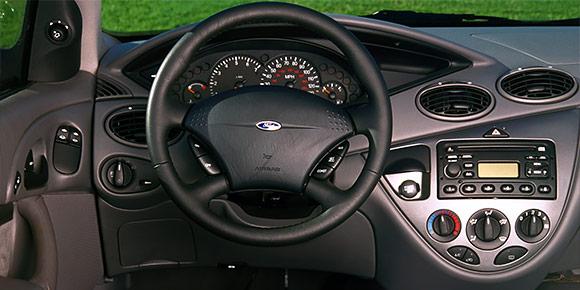В конце 1990-х Ford придумал совершенно новую стилистику New Edge, которая характеризовалась большим количеством резких ломаных поверхностей. В таком же стиле выполнялись и интерьеры, но главным воплощением New Edge стал именно этот автомобиль.