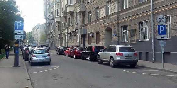 Поиск свободного места на парковках иногда превращается в настоящий квест. Нередко водители наезжают на размеченные парковочные линии. Но могут ли за это оштрафовать?